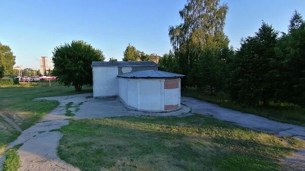 Заложенный кирпичом и закрытый павильон в Центральном парке Тольятти