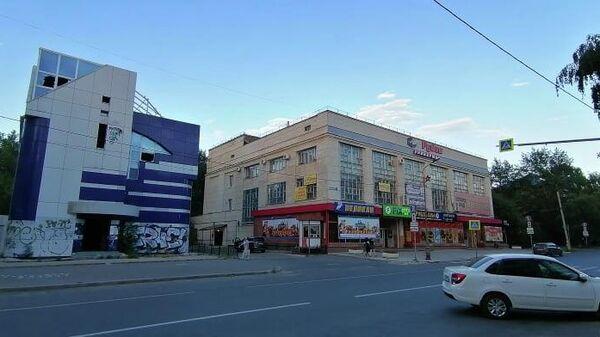 Универмаг Рубин и заброшенное здание рядом с ним на улице Карла Маркса в Тольятти