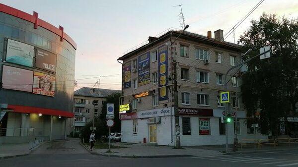 Вывески на торце и фасаде дома в Тольятти на улице Карла Маркса