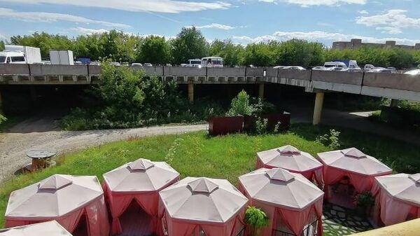 Вид на летние павильоны ресторана со стилобата Дворца культуры и техники (ДКиТ) в Тольятти