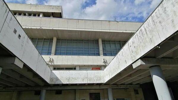 Вид снизу на Дворец культуры и техники в Тольятти