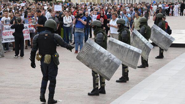 Участники акции протеста и военнослужащие в Минске