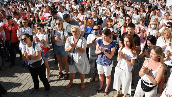 Участники протеста медицинских работников возле здания министерства здравоохранения Белоруссии в Минске