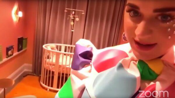 Скриншот видео, где Кэти Перри показывает детскую комнату