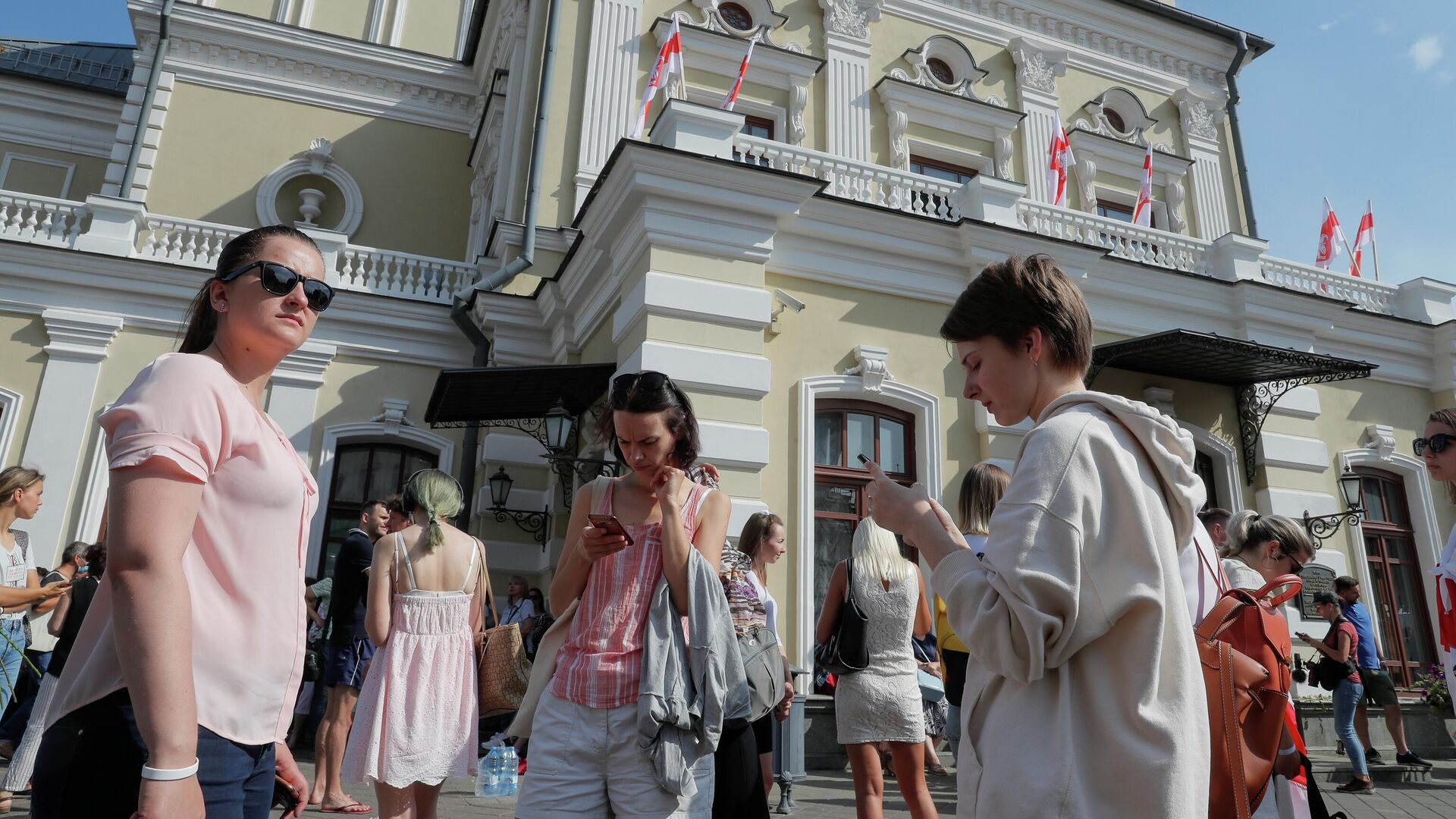Протестующие возле Купаловского театра в Минске - РИА Новости, 1920, 21.08.2020