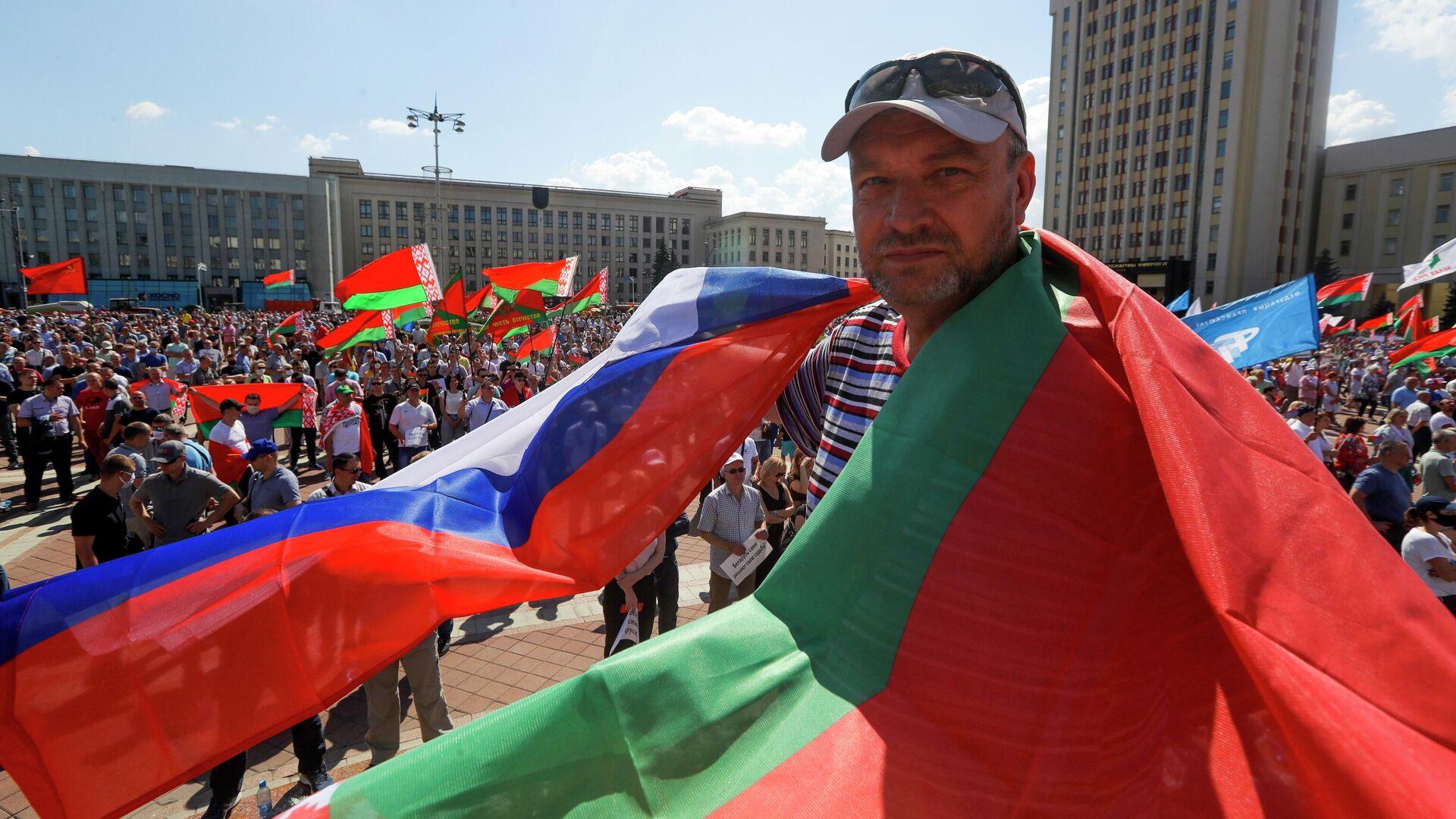 Мужчина на митинге, организованном в его поддержку Александра Лукашенко на площади Независимости в Минске - РИА Новости, 1920, 10.09.2020