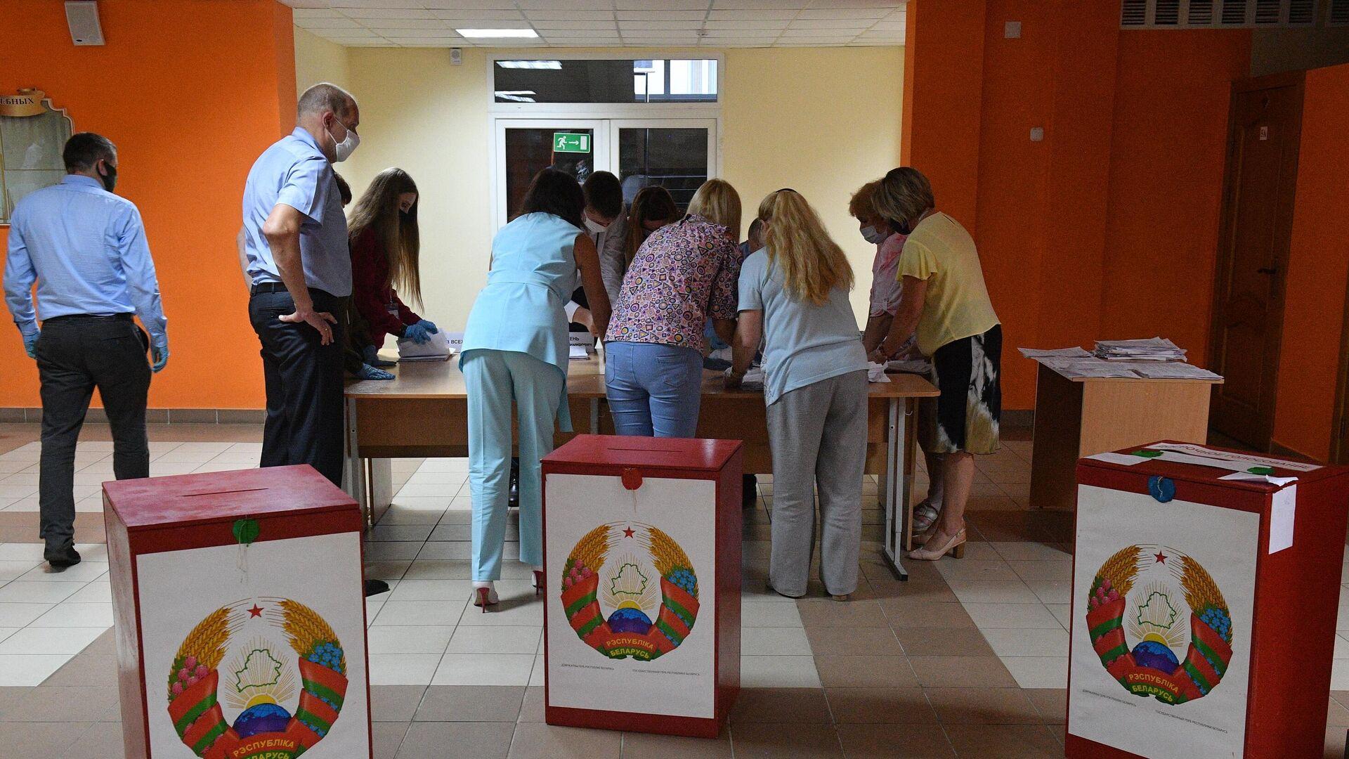 Подсчёт голосов на выборах президента Белоруссии - РИА Новости, 1920, 25.08.2020