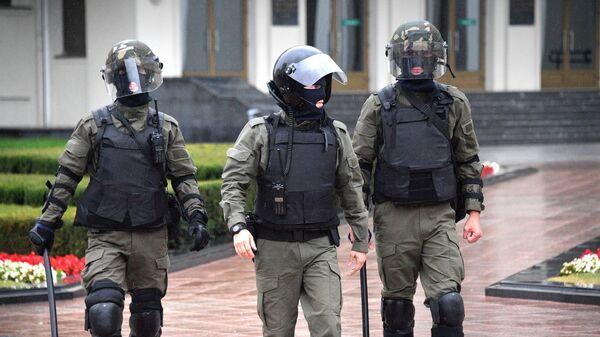 Сотрудники правоохранительных органов возле Дома правительства на площади Независимости в Минске