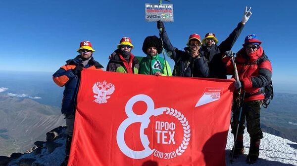 Юбилейный флаг 80-летия системы профессионально-технического образования на вершине горы Эльбрус