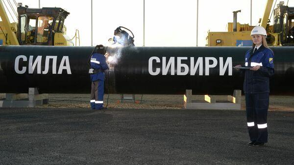 Сварка шва на церемонии соединения первого звена магистрального газопровода Сила Сибири на Намском тракте у села Ус Хатын