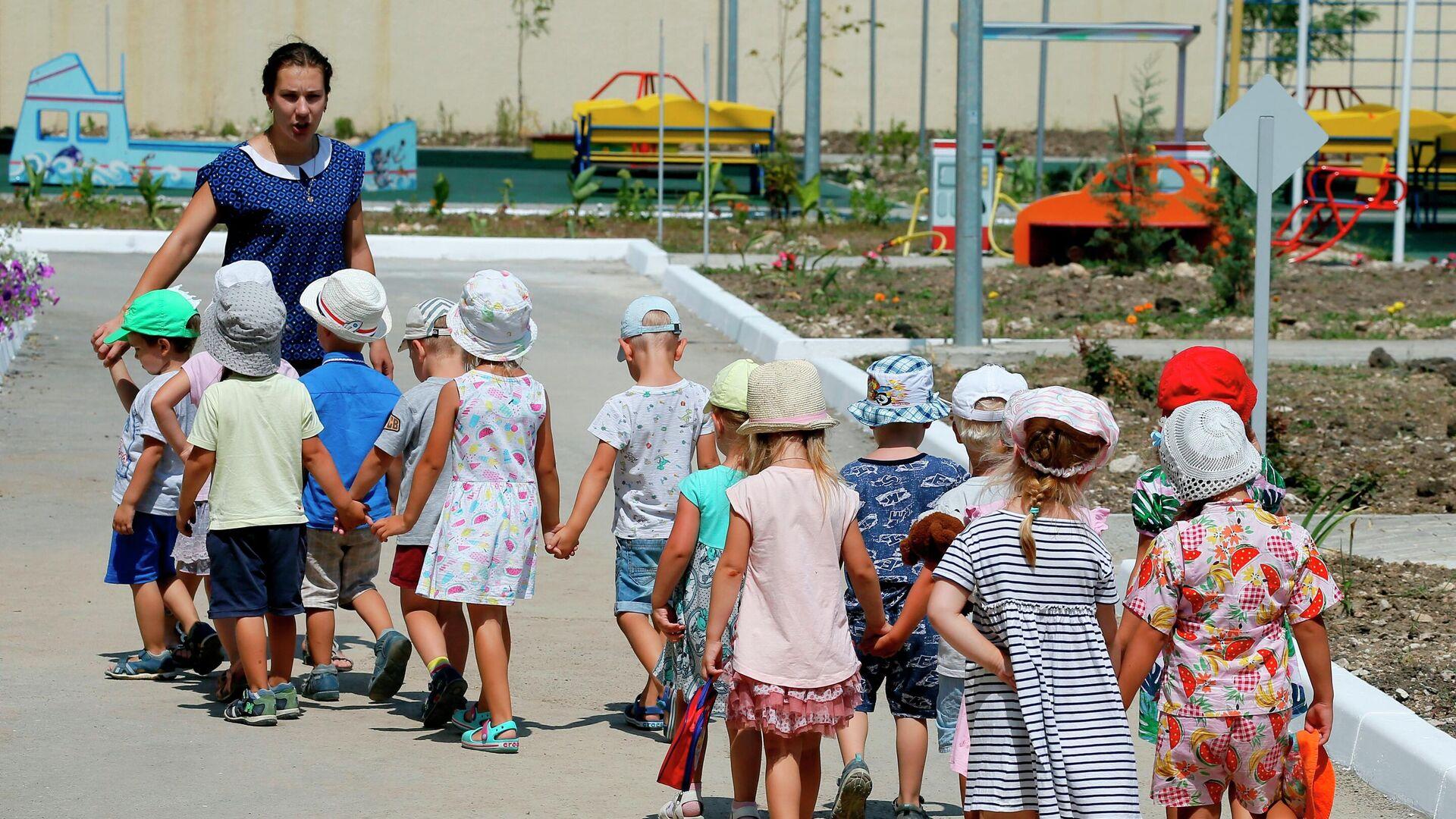 Дети с воспитателем в детском саду - РИА Новости, 1920, 27.09.2021