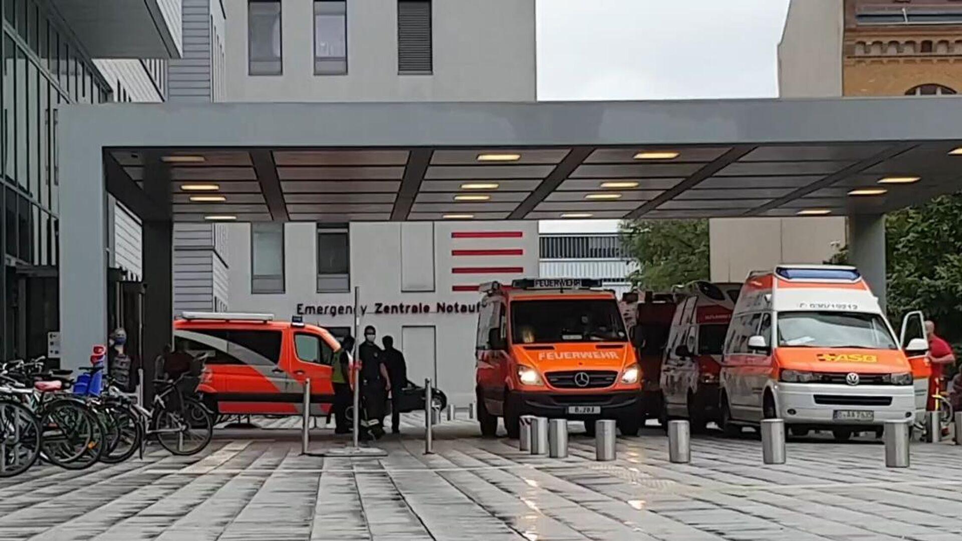 Автомобили скорой помощи у клиники Шарите в Берлине, куда доставлен Алексей Навальный - РИА Новости, 1920, 09.09.2020