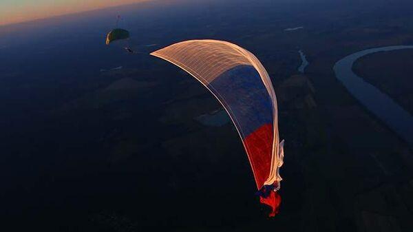 Российский триколор площадью 5 тысяч квадратных метров, развернутый в небе над Подмосковьем