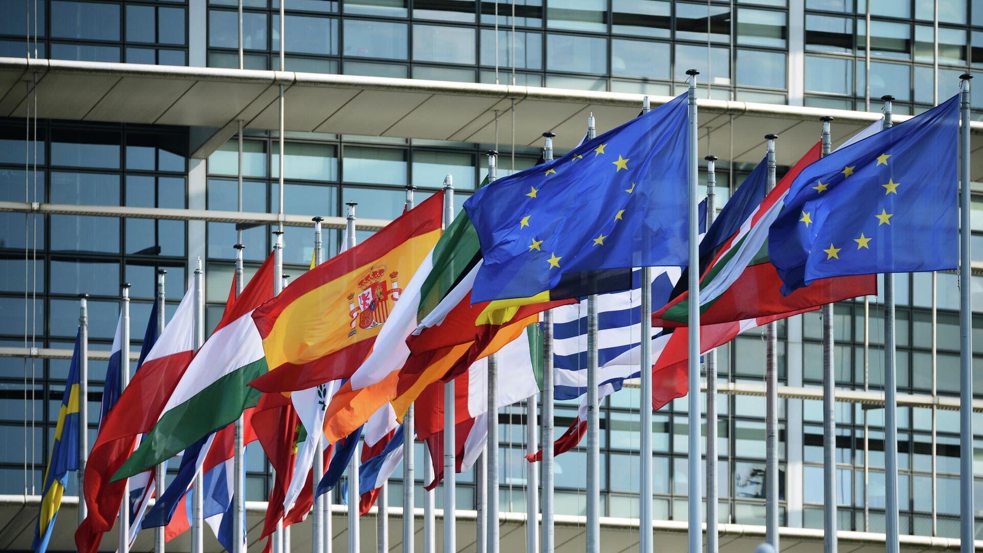 Флаги стран Евросоюза у здания Европарламента - РИА Новости, 1920, 17.09.2020
