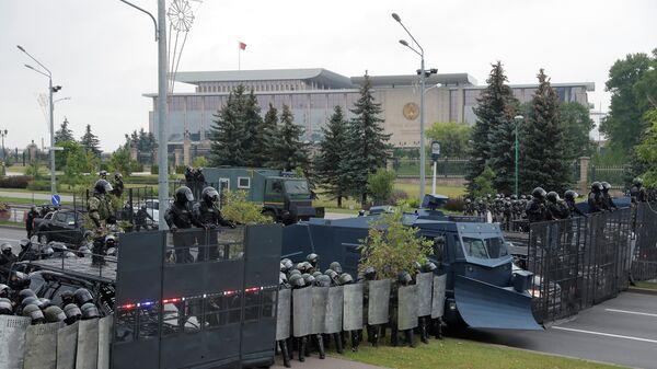 Сотрудники правоохранительных органов у Дворца независимости в Минске, где проходит акция протеста. 23 августа 2020