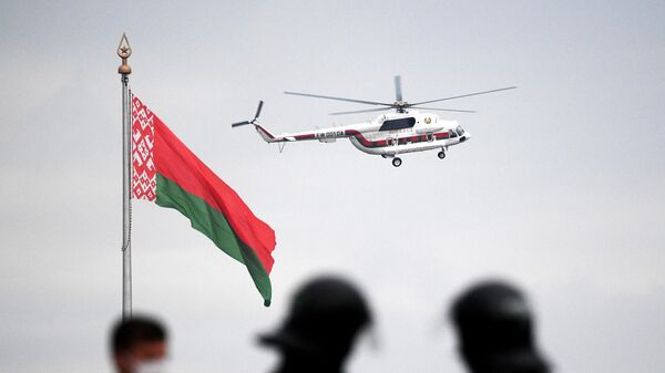 Вертолёт с президентом Белоруссии Александром Лукашенко на борту над территорией Дворца независимости в Минске, где проходит акция протеста