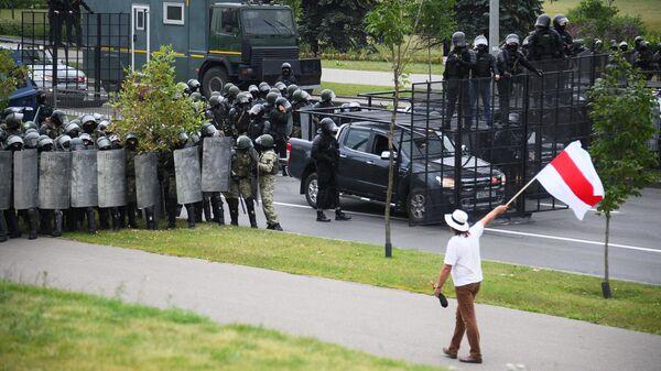 Сотрудники правоохранительных органов у Дворца независимости в Минске, где проходит акция протеста