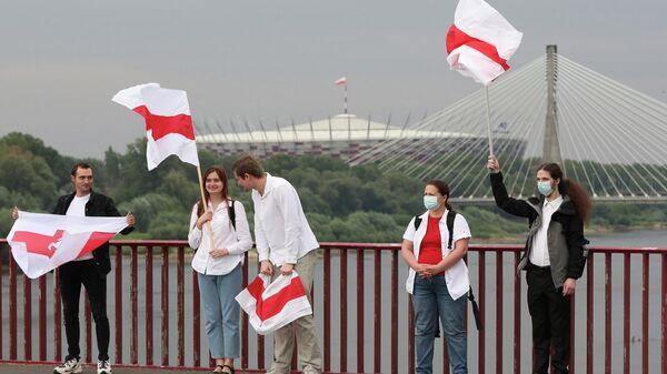 Участники демонстрации в поддержку белорусской оппозиции в Варшаве