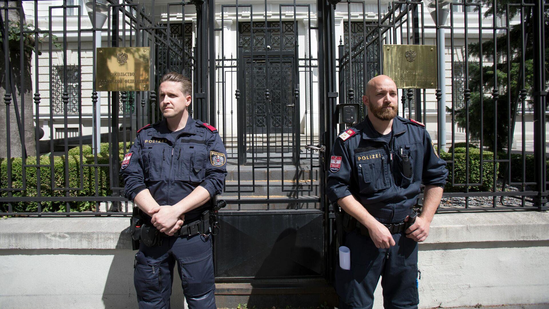 Полицейские у здания посольства России в Вене - РИА Новости, 1920, 24.08.2020