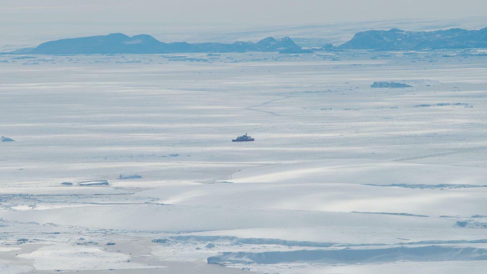 Японский ледокол Сирасэ у оконечности ледника Сирасэ во время 58-й Японской антарктической экспедиции - РИА Новости, 1920, 24.08.2020
