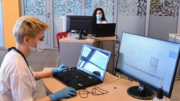Сотрудницы приемной комиссии проводят консультацию с абитуриентами в режиме онлайн