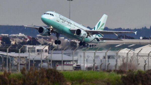 Самолет авиакомпании Cyprus взлетает из аэропорта в Ларнаке