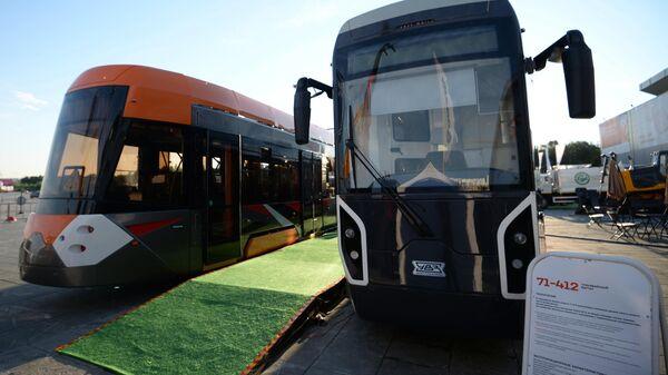 Трамвайные вагоны моделей 71-412 (справа) и 71-415, произведенные корпорацией Уралвагонзавод