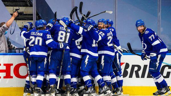 Хоккеисты Тампы Бэй Лайтнинг празднуют победу
