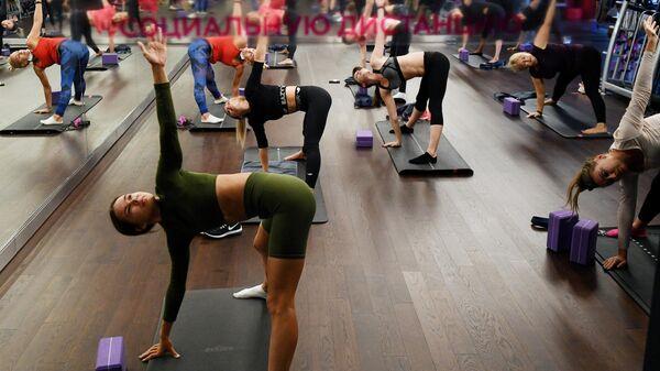 Девушки занимаются спортом в фитнес-клубе в Новосибирске