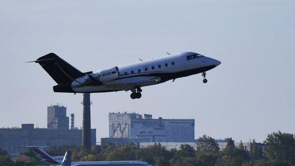 Самолет, перевозящий Алексея Навального, в аэропорту Омска