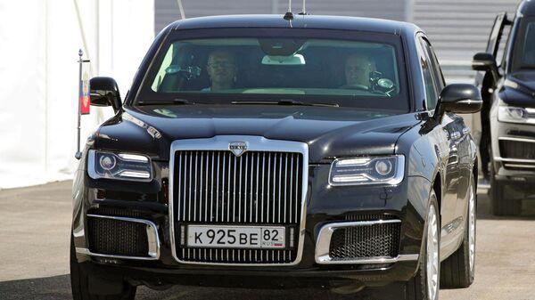 Президент РФ Владимир Путин за рулем автомобиля Aurus перед началом церемонии запуска движения по трассе Таврида в Крыму