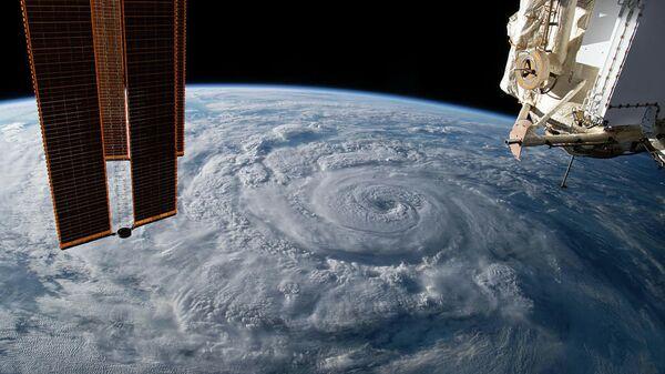 Ураган Женевьева у тихоокеанского побережья Мексики снятый с борта МКС