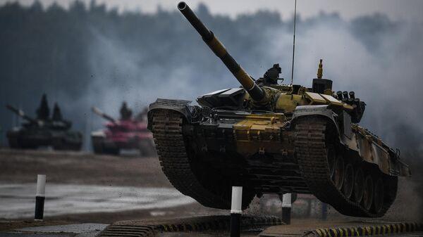 Танк Т-72 команды военнослужащих Казахстана во время соревнований танковых экипажей в рамках конкурса Танковый биатлон-2020 на полигоне Алабино в Подмосковье в третий день VI Армейских международных игр АрМИ-2020