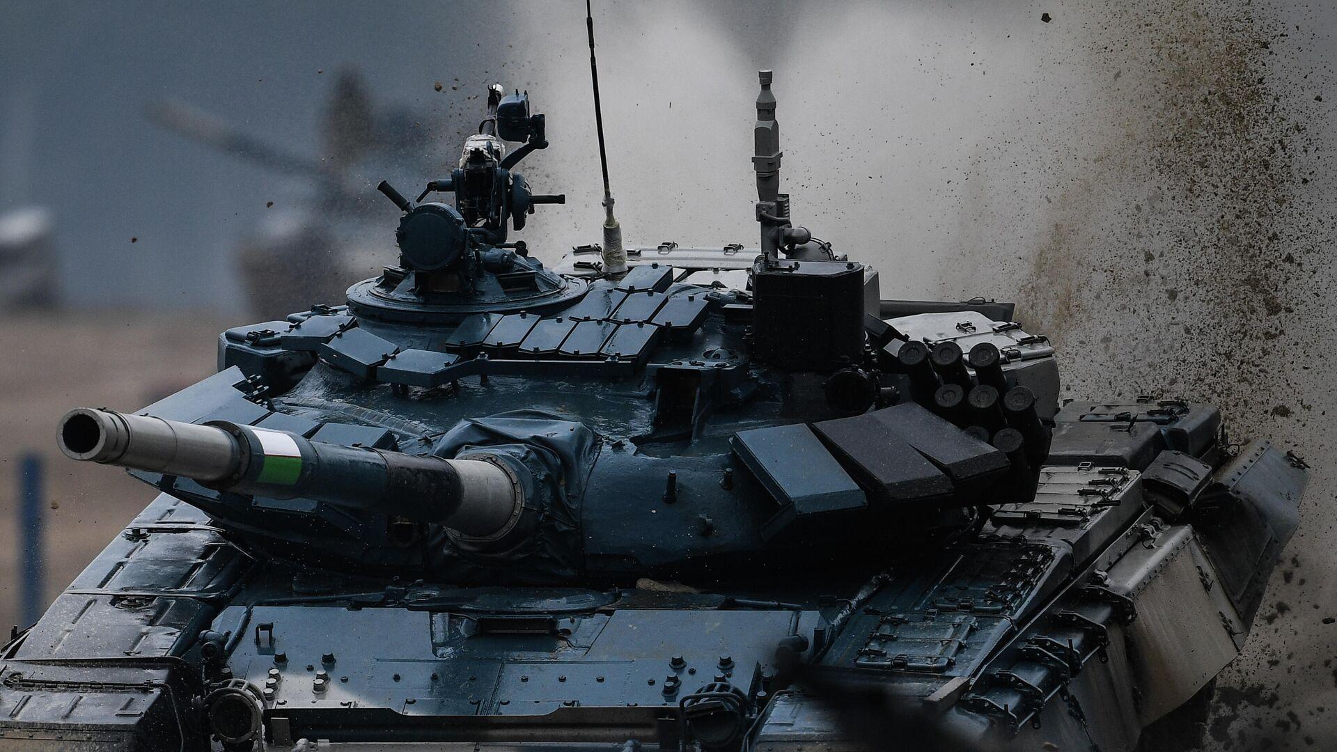 Танк Т-72 команды военнослужащих Узбекистана во время соревнований танковых экипажей в рамках конкурса Танковый биатлон-2020 на полигоне Алабино в Подмосковье в третий день VI Армейских международных игр АрМИ-2020 - РИА Новости, 1920, 02.10.2020