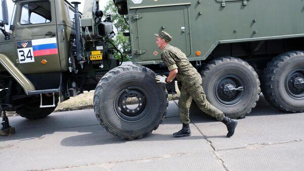 Российские военнослужащие в командной эстафете на международном конкурсе Мастера автобронетанковой техники в рамках Армейских международных игр АрМИ - 2020