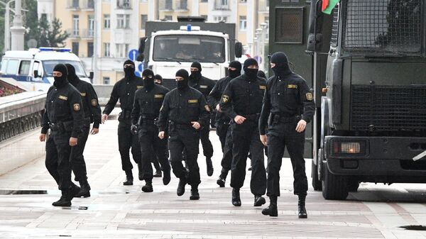 Сотрудники правоохранительных органов во время акции протеста в Минске