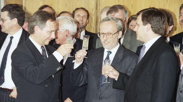 Министр внутренних дел ФРГ Вольфганг Шойбле, председатель Правительства ГДР Лотар де Мезьери и парламентский статс-секретарь при премьер-министре ГДР Гюнтер Краузе после подписания договора об объединении между ФРГ и ГДР в Берлине. 31 августа 1990