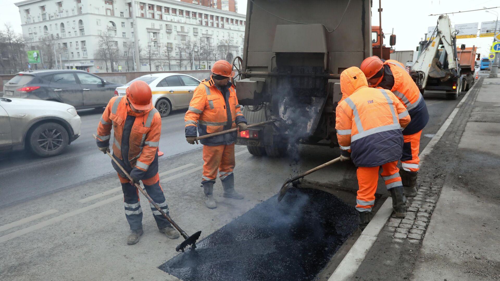 Рабочие бригады ГБУ Автомобильные дороги проводят латочный ремонт дорожного покрытия в Москве - РИА Новости, 1920, 30.06.2021