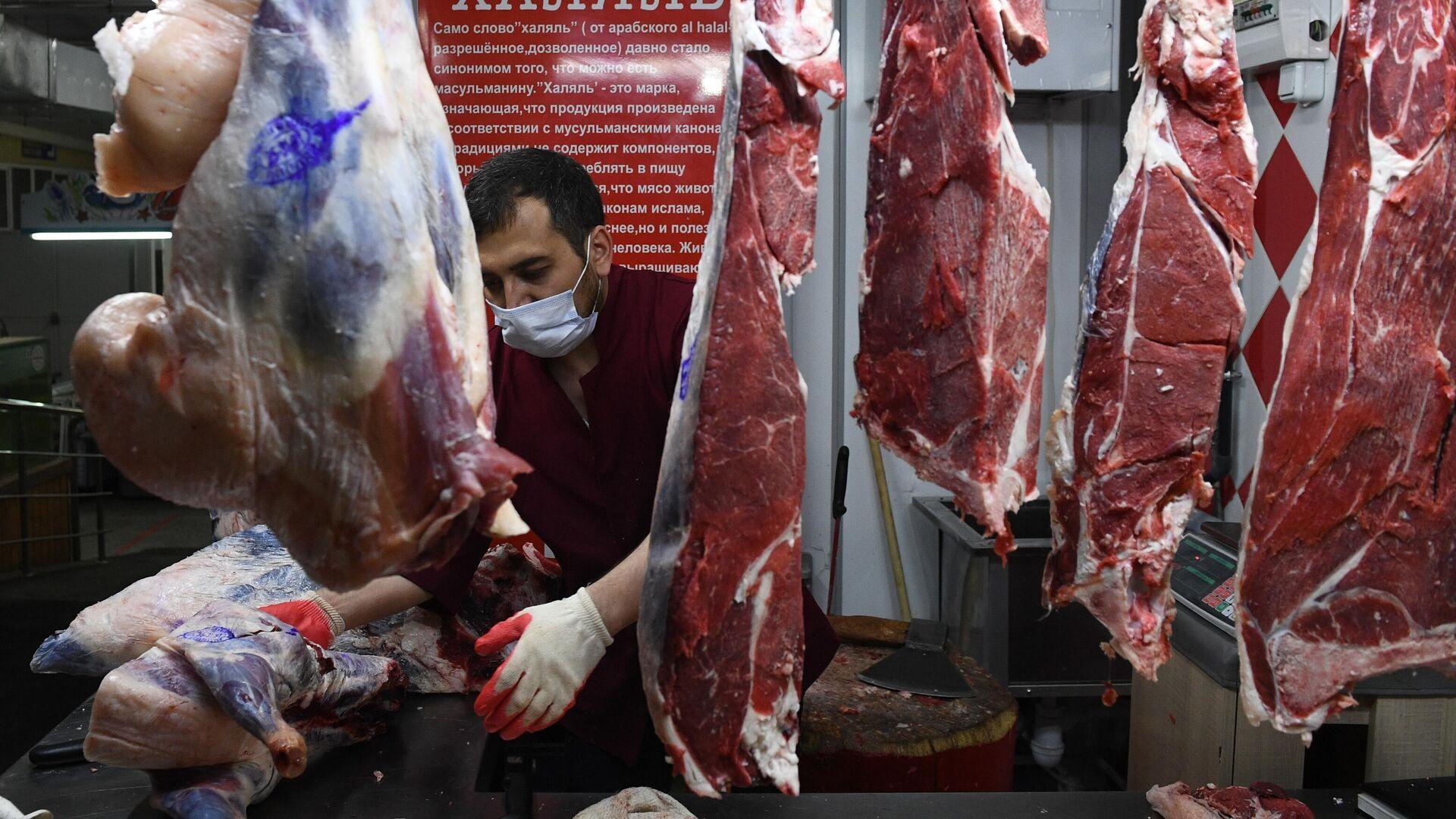 Продавец мяса на Центральном рынке Новосибирска - РИА Новости, 1920, 30.08.2020