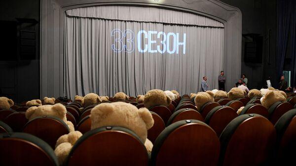 Зрительный зал театра Модерн во время сбора труппы в преддверии 33-го театрального сезона