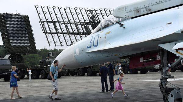 Посетители возле истребителя Су-27СМ на выставке  форума Армия-2020