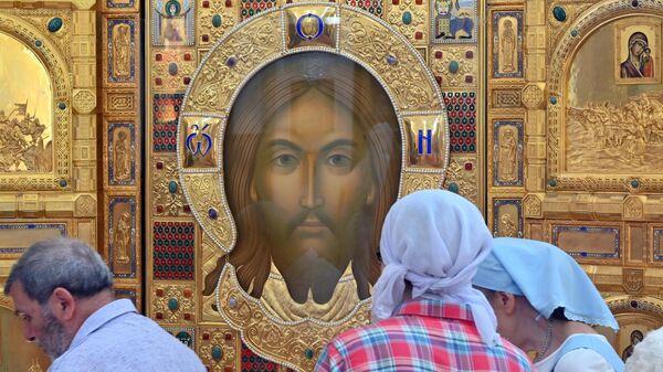 Верующие у главной иконы храма вооруженных сил РФ Спас Нерукотворный