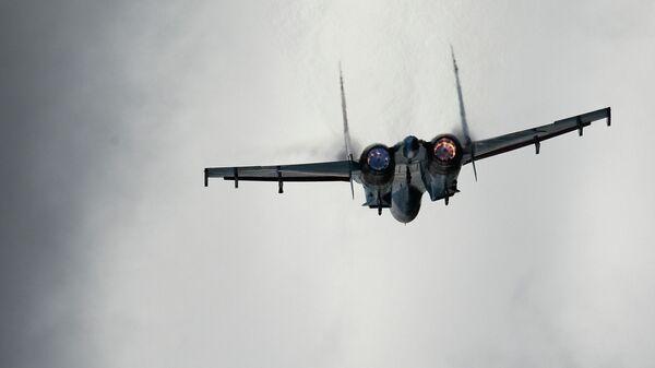 Самолет Су-27 во время показательных учений