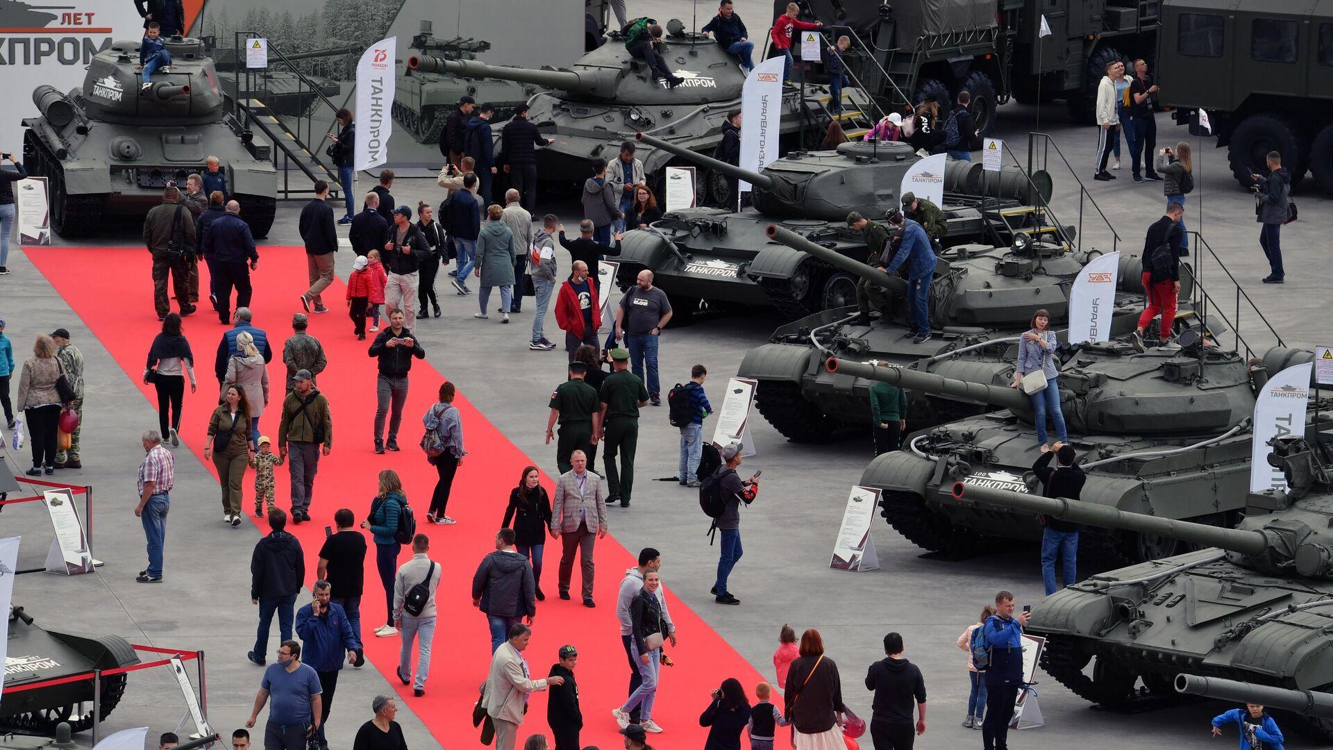 Посетители на выставке вооружений Международного военно-технического форума Армия-2020 в военно-патриотическом парке Патриот - РИА Новости, 1920, 09.09.2021