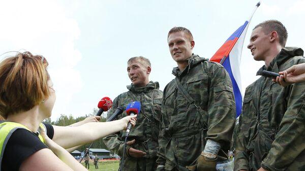 Участники команды России дают интервью после эстафеты в рамках международного конкурса Безопасная среда на полигоне Песочное в Ярославской области.