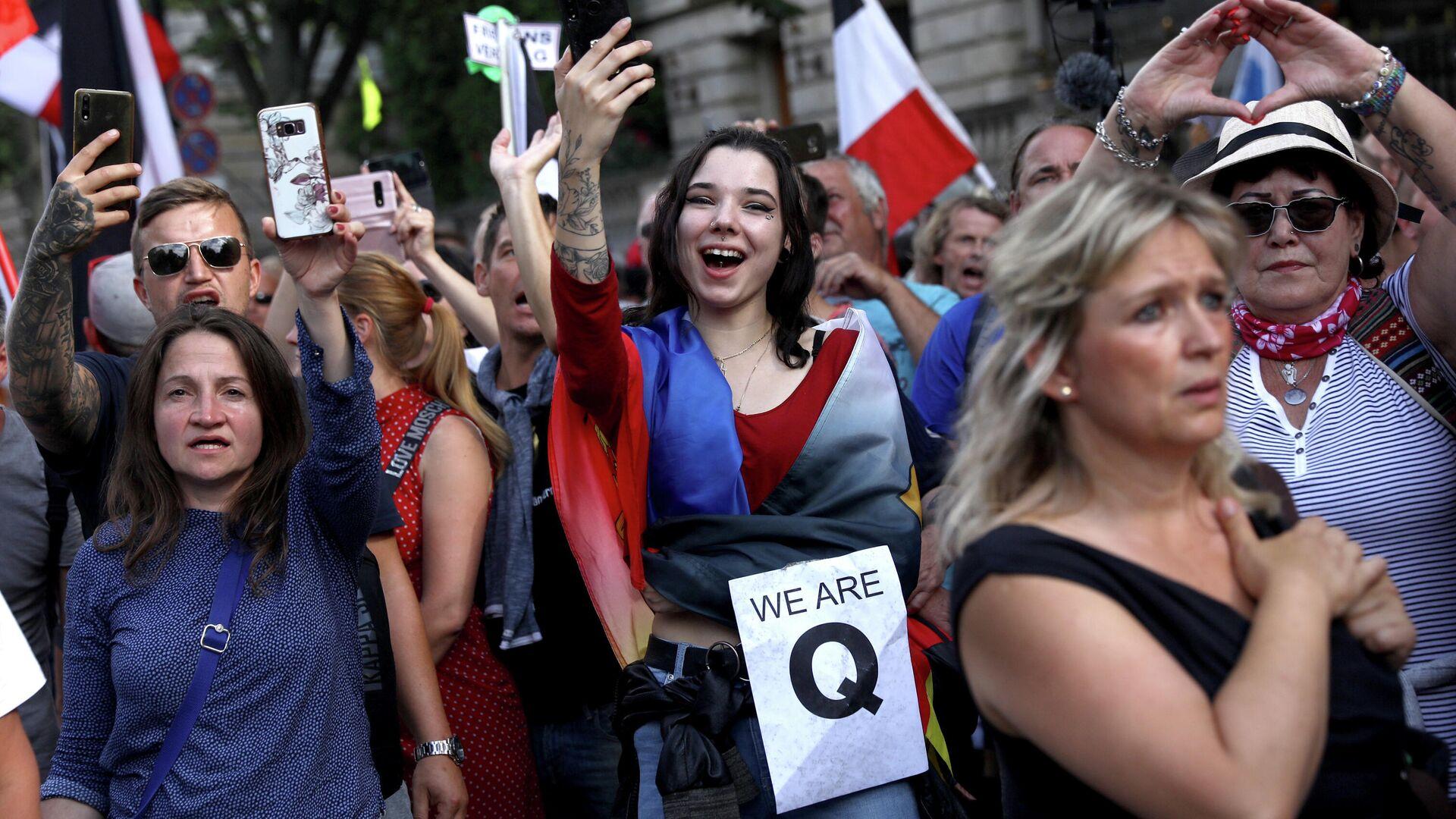 Люди во время митинга против правительственных ограничений после вспышки COVID-19 в Берлине, Германия - РИА Новости, 1920, 31.08.2020