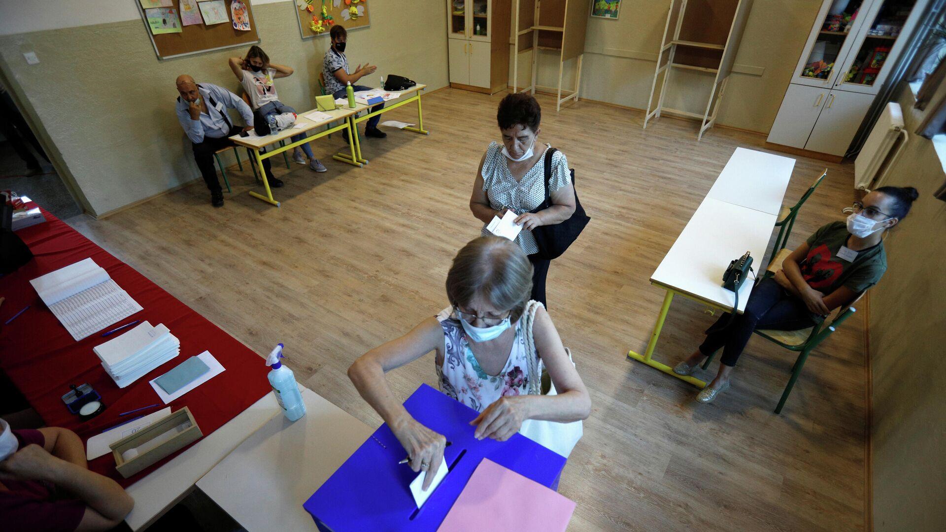 Голосование на избирательном участке во время всеобщих выборов в Подгорице, Черногория. 30 августа 2020 - РИА Новости, 1920, 03.09.2020