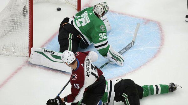 Валерий Ничушкин забивает гол в матче плей-офф НХЛ.