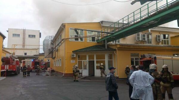 Тушение пожара в здании цеха на территории Свердловского хлебомакаронного комбината СМАК в Екатеринбурге