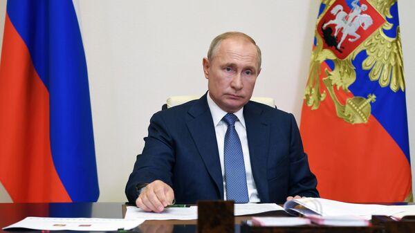 Президент РФ Владимир Путин во время встречи в режиме видеоконференции с временно исполняющим обязанности главы Республики Коми Владимиром Уйбой
